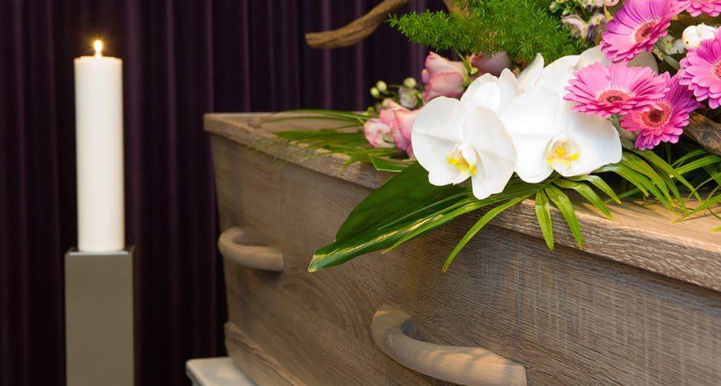 cercueil bougie et fleurs